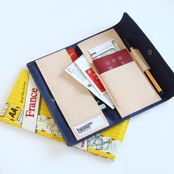 トラディショナルな外観のパスポートケースの中はヌメ革で上品。街歩きのための地図やチケットもサッと入れておけます。