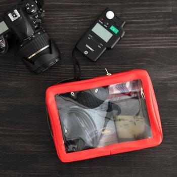 防滴で汚れに強いPCV素材のポーチ。意外と多い充電器系やカメラ周りの備品を入れるのに機能的です。忘れ物や探し物も減りそう。