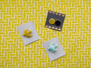 磁器でできた優しい雰囲気のブローチは、焼き物の町、長崎県波佐見町の工房兼ギャラリーを構える「京千」が手がける「sen(セン)」のものです。ほっこりとした気持ちにさせてくれる波佐見焼のブローチ。
