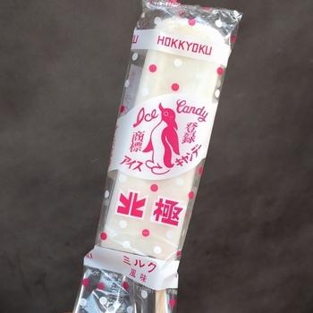 「創業昭和20年・大阪名物・手作りの味・アイスキャンデー」を掲げる、老舗のアイスキャンデー専門店です。1日の製造数はなんと6,000本。それをたった8人の職人で毎日作り上げるんだとか。