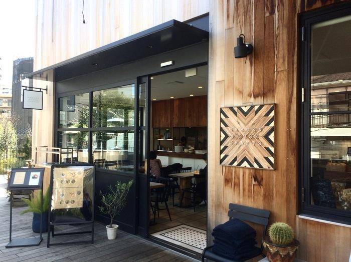 パンが美味しいと評判のカフェ「ガーデンハウス クラフツ」。代官山駅から徒歩約5分の商業施設・ログロード代官山の一角にあります。朝8時からオープンしているので、モーニングをしたい方にもおすすめ。