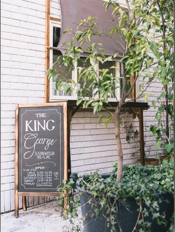 一人でも行ける代官山の隠れ家カフェと言えば、サンドウィッチで有名な「キングジョージ」。代官山駅から徒歩約5分程の所にあり、おしゃれな看板が目印です!