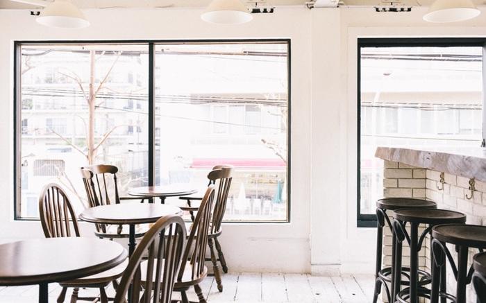 お店は、ビルの奥2階にあり、一歩入ると白い壁に温かみのある木目調の家具が置かれ、とってもお洒落。