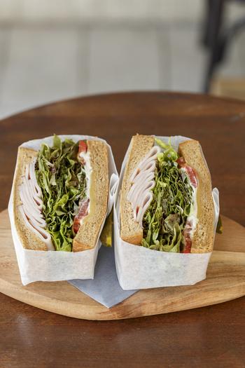 定番人気のサンドウィッチは、「ザ・キングジョージ」。ベークドターキー・プロボーネチーズ・野菜が詰まったボリュームたっぷりなサンドウィッチです。
