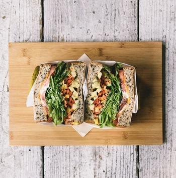 鮮やかな切り口が見た目にも楽しませてくれる、「ベジタリアン」もファンが多い人気メニュー。その名の通り、お野菜のみのサンドウィッチです。季節の野菜がたっぷり取りたい方におすすめ♪