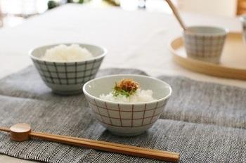 石川県の陶芸家・日下華子さん。使い心地のよい器をテーマに、優しく温かい絵付けがされています。 こちらの茶碗には格子柄が呉須と朱で絵がかれていて、どこかレトロな雰囲気が魅力。