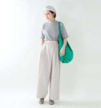 他の人とちょっと差をつけたい日は、モックネックのTシャツを。ニットのインナーとしても1年中使えそうですね。エアコンで室内は寒いという方にもぴったり。
