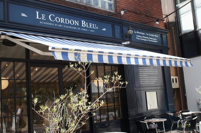 パリ発祥の料理学校「ル・コルドン・ブルー・東京校」のシェフ講師が監修するカフェ、「カフェ・ル・コルドン・ブルー」。代官山駅から徒歩約2分、閑静な住宅街を抜ける路地裏に面した場所にあります。パリを思わせるような佇まいはひときわ目を惹きます。