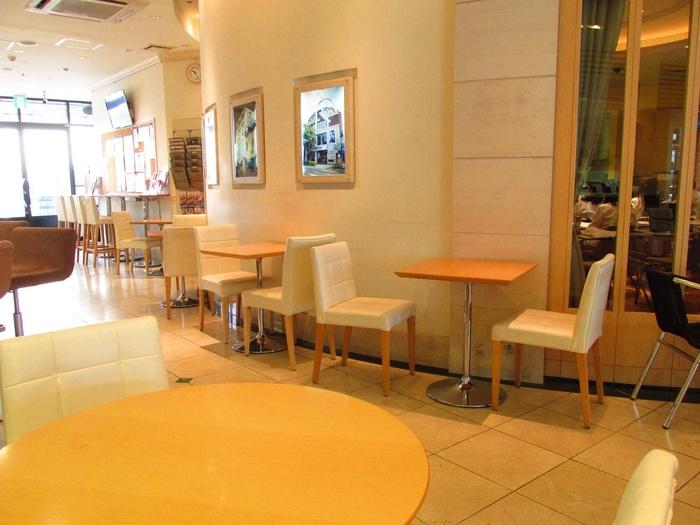 店内は、白を基調とした居心地の良い空間。友達とお茶を飲みながら美味しいスイーツを食べるのにおすすめなカフェです。
