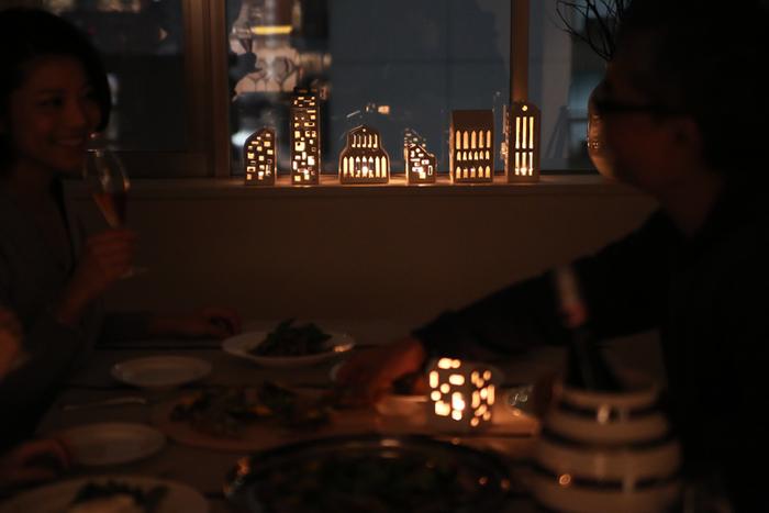 さまざまな形のキャンドルホルダーを並べて火を灯すだけで、いつものお部屋が幻想的な空間に。こちらは北欧ブランドのケーラーのキャンドルホルダー。普段はインテリアアイテムの1つとして使えます。