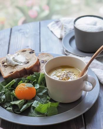 パンとともに食べたいのが、とろりと美味しいスープですよね。こちらはカリフラワーの冷製ポタージュ。暑い日にはヘルシーで冷たいスープがぴったり!