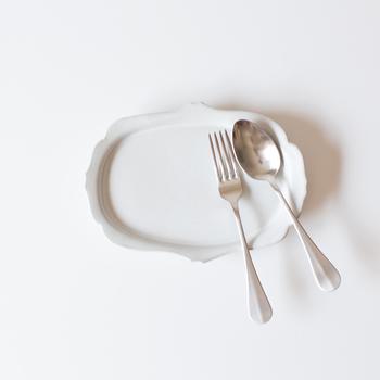 """フランスアンティークのカトラリーをモチーフに作られた、シンプルでおしゃれな""""アンティーク風カトラリー""""です。柄の部分はリーフ(葉っぱ)をイメージしてデザインされています。こちらはデザート用におすすめのティーフォークとティースプーン。リーフカトラリーの中で一番小さく、お子さんでも持ちやすいサイズです。"""
