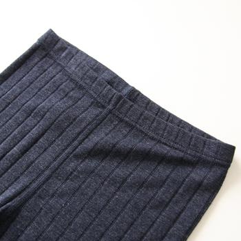 ネイビーは太めのリブ素材で伸縮性があり、快適な履き心地。