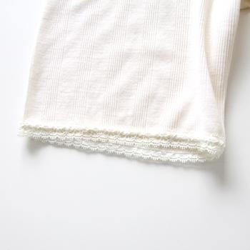 ホワイトは細かいリブに、裾がレース仕様になっていて、どこか女性らしい可憐な印象です。