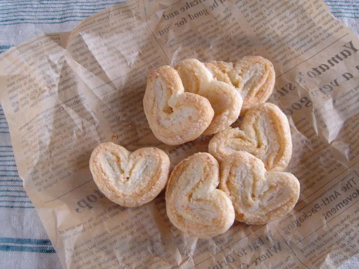 """チーズをたっぷり練り込んだクッキー生地を織り込むことによって、より""""さくさく感""""が味わえます。"""