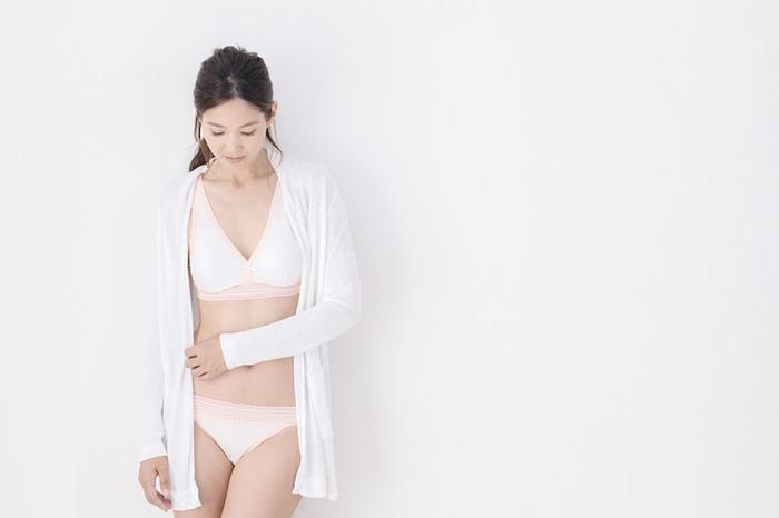 せっかく女性に生まれたのですから、機能性はもちろんのこと、可愛い下着を身に着けたいもの。ホワイトとピンクのコンビネーションが、女性らしい気分を盛り上げてくれます。