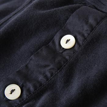 素材の生地は、主にエジプト綿を使用し、スイスで糸は撚られます。細部にもこだわりを感じる作りは、おしゃれな彼や旦那さんへのプレゼントにもピッタリ。