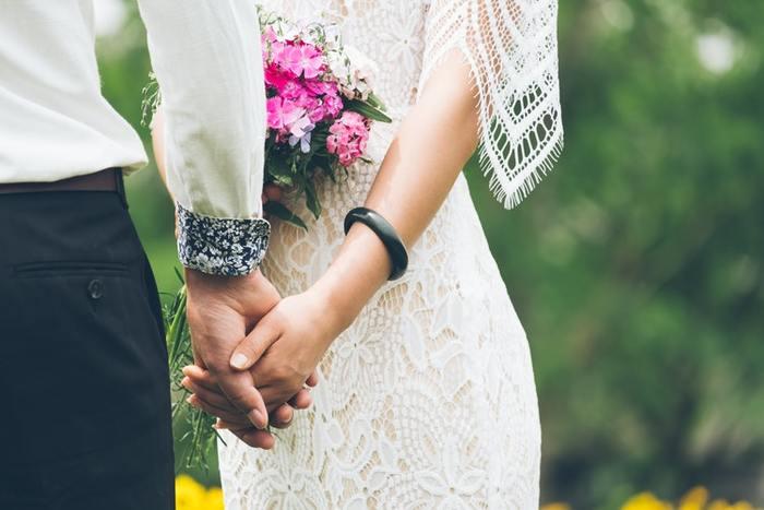 結婚する、と聞くと何の迷いもなく幸せで当たり前と思いがちですが、実はみんなが思い悩み、これでいいのかな?と迷い続けていくことでもあるんですよね。でも始まったばかりなんです。まだまだパートナーとの生活は10年20年と続いていきます。細かく真剣に思い悩むより、一緒にいる人と出会えたこと、暮らせることに感謝して幸せに浸ってみませんか。
