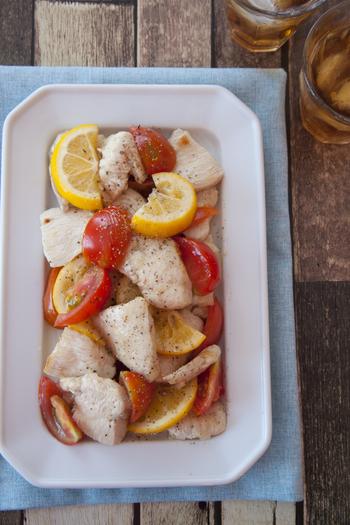 簡単に作れる自家製レモン酢を使った、夏らしい炒め物レシピです。トマトとレモンの彩りも素敵。さっぱりとした味つけが、淡泊なむね肉と相性◎!