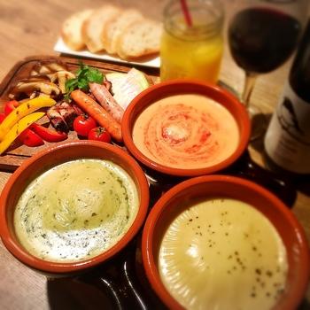 グリル野菜のバーニャカウダには、ソースを3つくらい用意するとそれだけで見た目にもにぎやかな盛り付けに。ソースの入れ物を暖色カラーにすることでより食欲アップ。