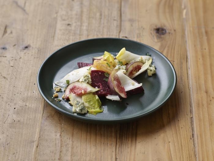 サラダや前菜のような野菜メニューは、黒系のお皿の真ん中に揃えて並べるとスタイリッシュです。ナッツやハーブを細かく散らしてニュアンスをプラス。