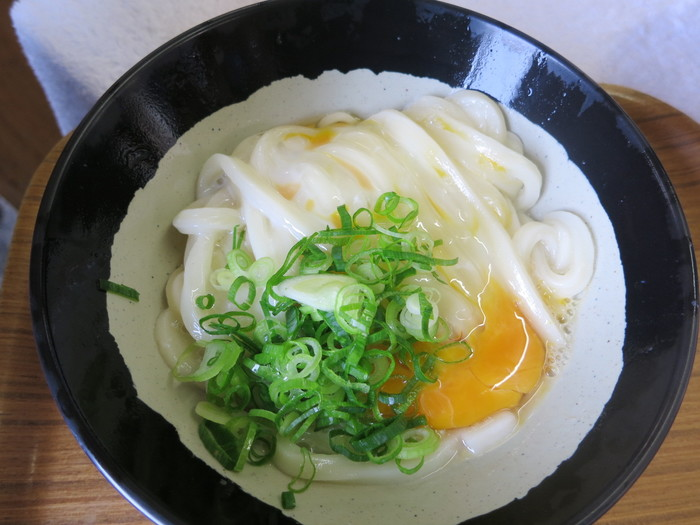 香川県の特産「讃岐うどん」の一種として親しまれている「釜玉うどん」。実は、香川県のうどん店でも釜玉うどんというメニューはもともと無く、常連のお客さんのリクエストで生まれたメニュー。香川県 綾川町にある讃岐うどんの名店「山越うどん」が一般メニューに加えたことで広く食べられるようになったんです。