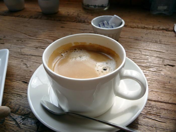 コーヒーは、軽井沢の丸山珈琲のもの。素朴なタルトやパウンドケーキとマッチします。静かな店内で、カウンターに並んだ本を読みながらゆったりしてみませんか?