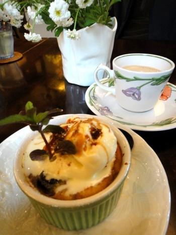 かわいらしいココットで出されるダークチェリーのクラフティは、大粒チェリーの甘酸っぱさが口いっぱいに広がります。クリームや卵のコク豊かな味わいです。