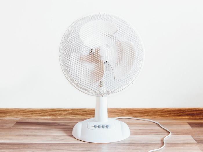 直接風に当たって涼むのが扇風機。首振り機能が付いていたりして、空気をそよがせて体感温度を下げてくれます。タイマー機能や風力の調整も繊細で、心地よい風を浴びたい人には扇風機が向いています。