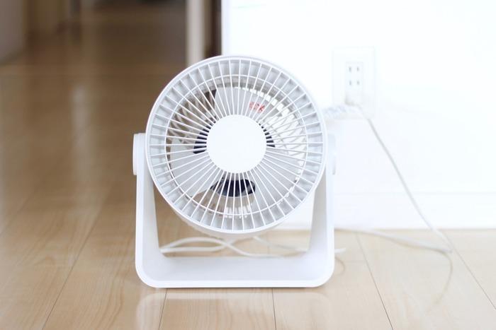 一方サーキュレーターは空気を循環させることを目的としています。エアコンとの併用により、冷気や暖気をくまなく部屋中に循環させたり、効率的に換気できるメリットが。意外なところでは、室内干しの乾燥にも役立ってくれます。冬には暖房と併用することもできます。