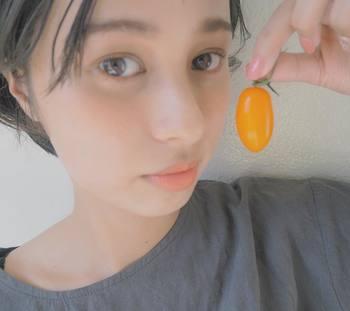 【チーク】 チークを主役に、他は抑えたメイク。シンプルなメイクは血色が悪く見えてしまうことがあるので、オレンジのチークで健康的な雰囲気を出しましょう。
