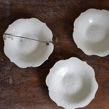 器全体にヘリンボーン柄を施した、クラシカルなデザインがおしゃれなリンカプレートです。白い釉薬をかけた艶やかな器肌は、まるで海外のアンティーク食器のよう。こちらの器は金沢市の陶芸作家、中田雄一(なかたゆういち)さんの作品です。