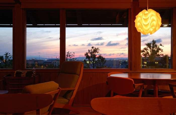 「モブラーカフェ(mobler cafe)」は、小高い丘の頂上にあるカフェで見晴らしが良いのも魅力です。天気が良ければ立山連峰も一望できるのだそう。20世紀を代表する有名家具デザイナーのハンス.J.ウェグナーの椅子やレ・クリントのランプ、KLIPPANのひざ掛けなど、珠玉の北欧インテリアの中でゆったり過ごすことができますよ。