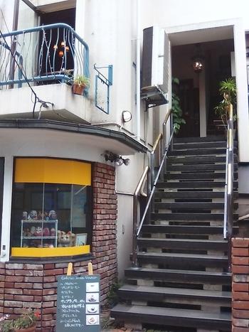 注意しないと見逃しそう。古い建物の2階にあるお店には、こちらの階段を上がります。