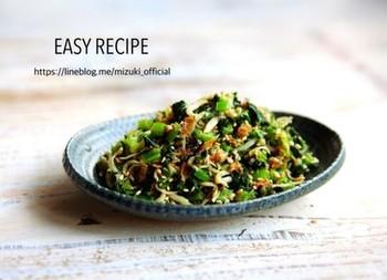 夜ごはんには小鉢で。翌日はおにぎりの具材にしても美味しいしらすと小松菜の醤油炒め。お弁当を作るのも面倒な時でも、これならおにぎりだけでも満足できそう♪