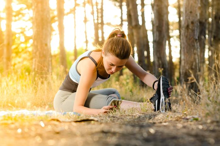 走る前に、普段使わない筋肉をストレッチして伸ばすなど、必ずウォーミングアップを取り入れましょう。ケガの予防にもなります。