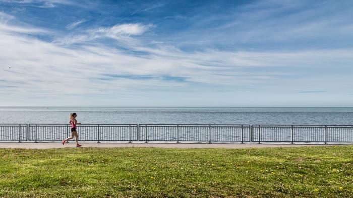 休日は、少し足を伸ばして海沿いの街をランニングなんていかがですか?青い海を目の前にすれば気分も爽快!潮風に包まれた抜群のロケーションでのランニングなら、どこまででも走れそうです。