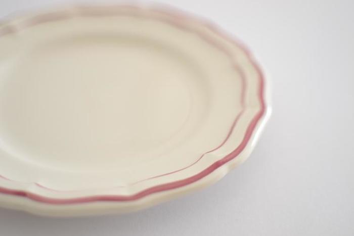 まるで花が咲いたような、可憐なデザインが可愛い「Gien(ジアン社)」のフィレプレート。優しいクリーム色の器肌に、手書きで描かれた2本のラインが美しい陶器のお皿です。1821年創業のジアン社は、190年以上もの歴史を誇るフランスの老舗陶器メーカーです。こちらの「フィレ」シリーズの器は、そんなジアン社の伝統を感じさせるクラシカルなデザインが特徴です。