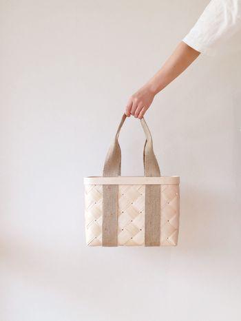 北欧やエストニアなどで見られる白樺の樹皮を丁寧に編んだかご。こちらは持ち手に麻布を用いたかごバッグ。デイリーユーズしやすいアイテムです。かごバッグ初心者におすすめ。