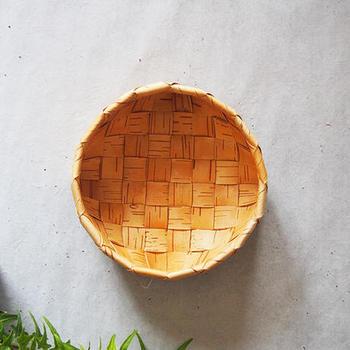 少し白っぽい樹皮だけを厳選して編まれた丸いかご。同じ樹皮でも気候や場所によって色や風合いが変わるのも面白さ。その中でもこちらのかごのように同色の樹皮を厳選するのも職人技です。こちらの可愛らしいかごは果物や野菜をいれるのにおすすめ。軽くであれば水洗いも可能です。