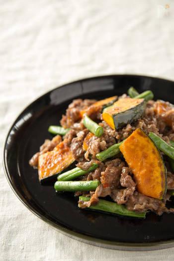 いんげんとかぼちゃで彩りよく仕上げたボリュームのあるメインおかずです。オイスターソースと豆板醤をプラスして中華風にアレンジしています。かぼちゃといんげんがバランスよく見えるように盛りつけるとより美味しそうです。