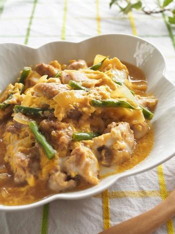 鶏肉と卵で作った親子煮にいんげんをアレンジしています。しっかり煮つけるので、いんげんはくったりとやわらかく仕上がります。バランスよく栄養を摂りたい夏休みのお昼ご飯にもおすすめですね。