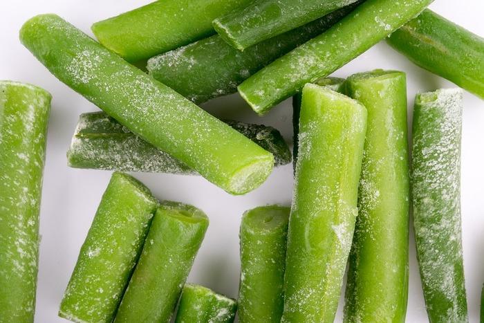 茹でたいんげんは冷凍することができます。使うときの大きさにカットし、キッチンペーパーなどでしっかりと水分を取って、ジップロックなどに入れましょう。間隔をあけて冷凍すると、バラバラになるので使いたい量だけ出すことができます。忙しいときにも重宝する自家製冷凍野菜が完成しますね。
