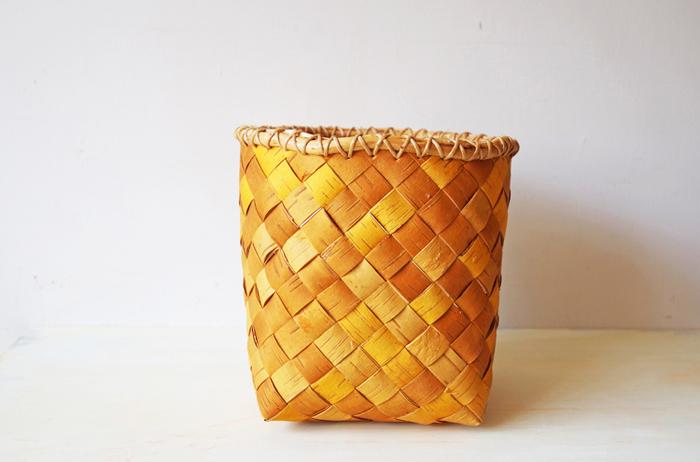 白樺の根を使ったかがり編みがとても珍しいスウェーデンを代表する作家さんの作ったバスケット。北欧に自生する白樺の樹皮はとても強度でしなやかな特性があります。その良さを最大限に生かし、見た目の美しさも伴ったバスケットです。