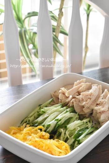 """冷やし中華を作る時に手間がかかるのは、""""トッピング""""の準備。お弁当にするなら、この準備を前日に済ませておくだけでかなり楽チンになります。"""