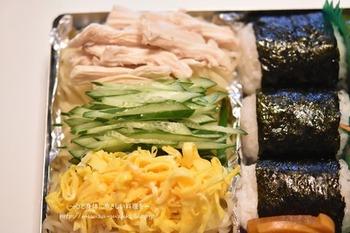 """最後に冷やし中華のトッピングを乗せれば完成♪保冷バッグの中に""""保冷剤・タレ・お弁当箱""""の順に入れると、タレが直前までよく冷えてさらに美味しく食べられるのだそう。ぜひ試してみてくださいね。"""