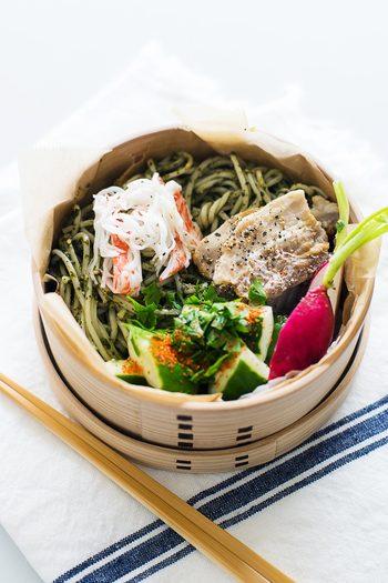 """一見、ジェノベーゼパスタのように見えるこちらのお弁当。実は""""大葉""""と""""そうめん""""を使った、和風麺のお弁当なんです。"""