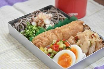 続いてご紹介するのは、そばと稲荷寿司のお弁当です。めんつゆは濃い目に作り、氷と一緒にランチジャーに入れておくと、お昼時にはちょうどいい濃さに。