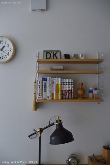 北欧インテリアで人気の「ストリングポケット」は自由にカスタマイズできるので、デスク周りの整理にも使いやすい。 棚位置や棚幅を替えたり、S字フックと合わせて吊るしたり。 カラーバリエーションも豊富なのでどんなお部屋ともマッチ。 使用頻度の高い物をまとめて。
