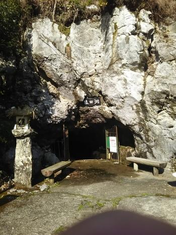 猿田洞(さるだどう)は、全長約1.4kmの内200m程が見学コースとなっている、自然のまま残されている地形を探検することができる鍾乳洞です。